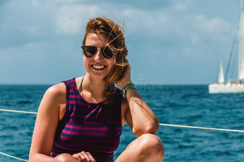 一条小船的女孩在绍纳岛,多米尼加共和国附近 免版税图库摄影