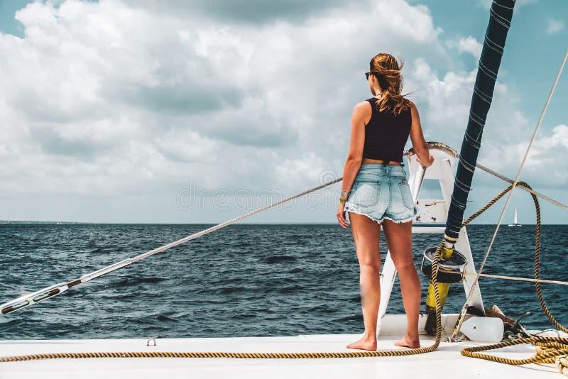 一条小船的女孩在绍纳岛,多米尼加共和国附近 图库摄影