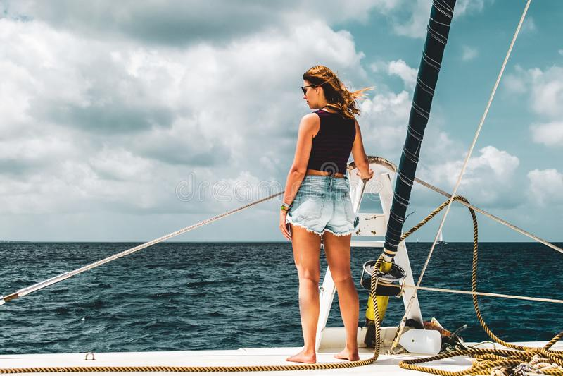 一条小船的女孩在绍纳岛,多米尼加共和国附近 免版税库存照片