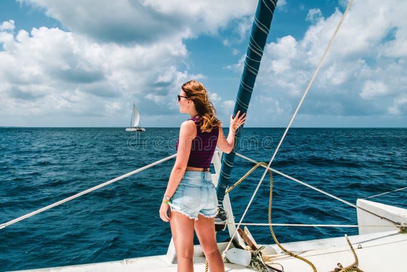 一条小船的女孩在绍纳岛,多米尼加共和国附近 库存图片