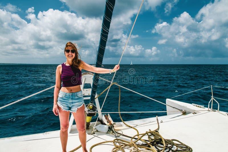 一条小船的女孩在绍纳岛,多米尼加共和国附近 免版税库存图片