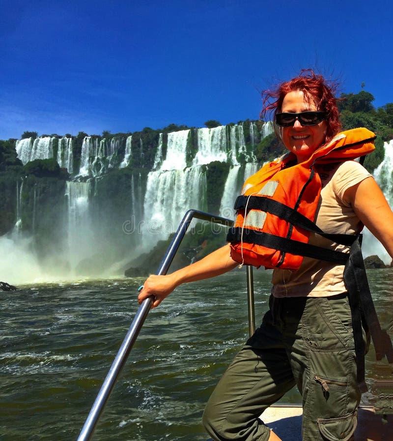 一条小船的妇女在伊瓜苏瀑布 免版税库存图片