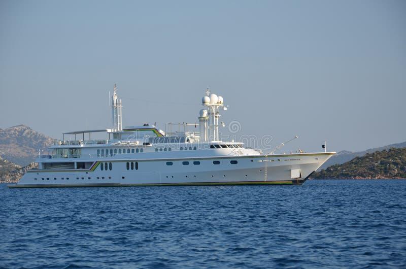 一条巨型游艇在希腊海岛 图库摄影