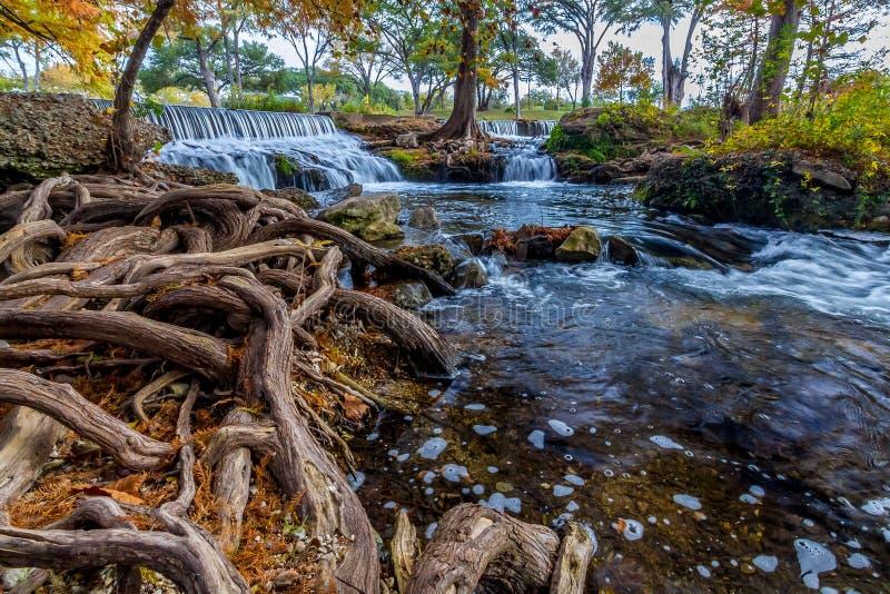 一条平静的流动的小河的惊人的看法与原始瀑布的在小山国家得克萨斯 库存图片
