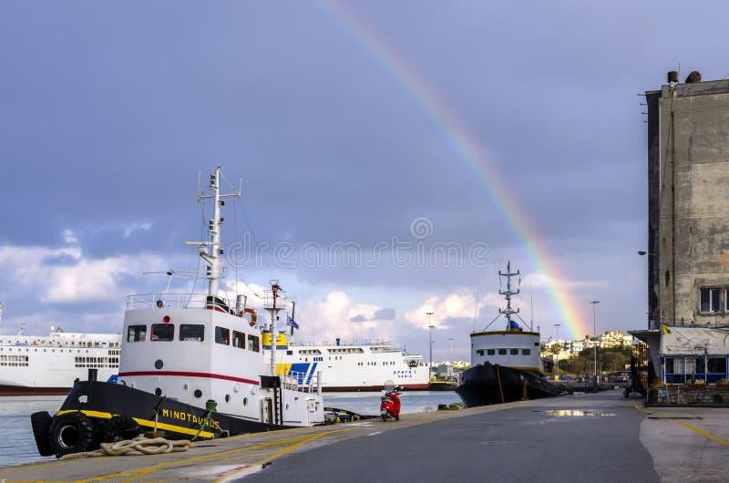 一条彩虹的看法在伊拉克利翁市口岸的在一个多雨早晨以后 图库摄影