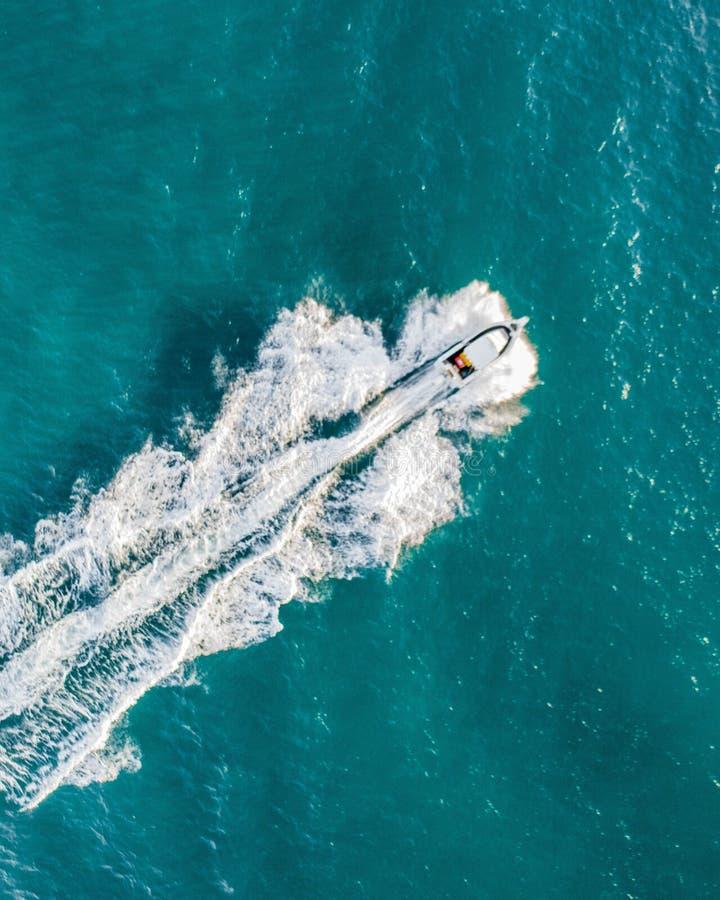 一条快速的小船的鸟瞰图在美丽的蓝色海洋 免版税库存图片