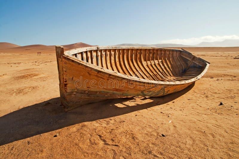 一条打破的,被放弃的小船在沙漠 免版税库存照片