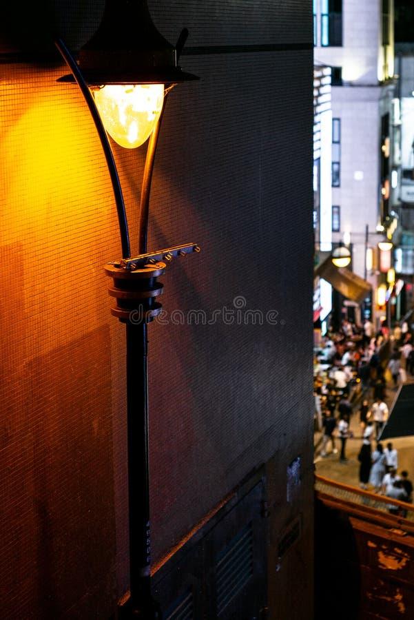 一条拥挤的街在香港中部在晚上 免版税库存图片