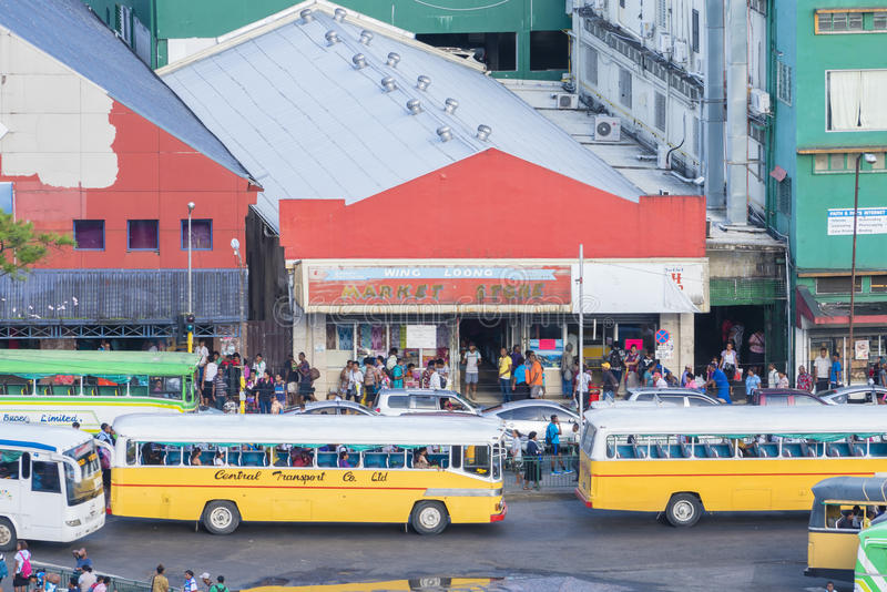 一条拥挤的街的看法在苏瓦,斐济 库存照片
