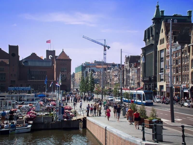 一条拥挤街道在城市的中心 免版税图库摄影