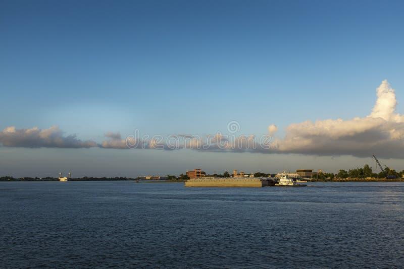 一条推者小船在市的密西西比河新奥尔良附近 免版税库存图片