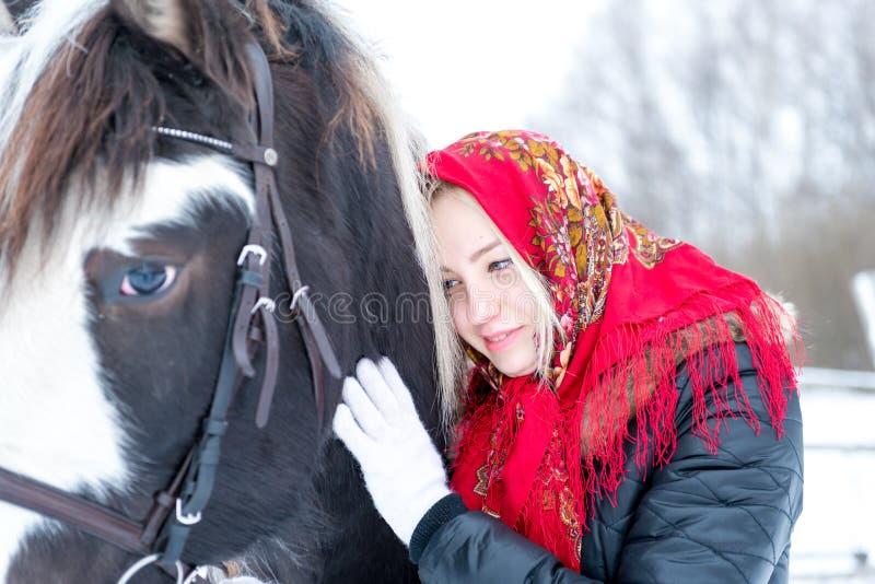 一条时兴的围巾的可爱的美丽的少妇有h的 免版税库存图片