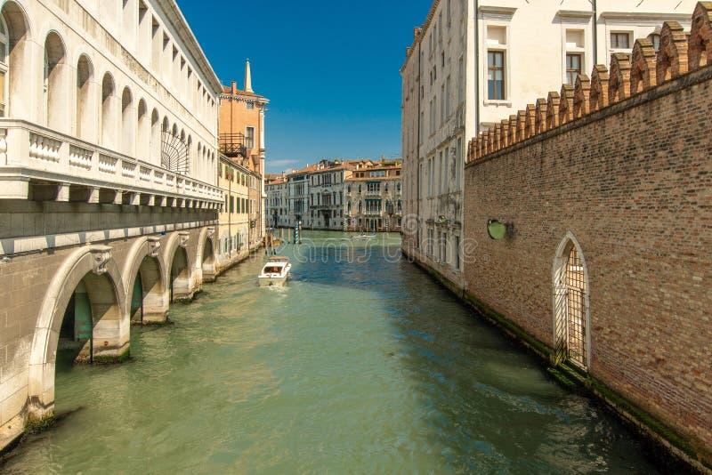 一条有一点更宽的运河在威尼斯 库存图片