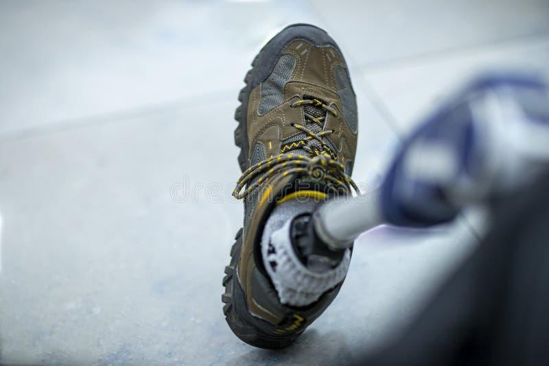一条机械义肢腿,鞋子 免版税库存照片