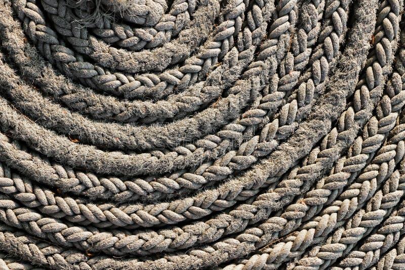 一条概略的强的船绳索的卷 库存图片