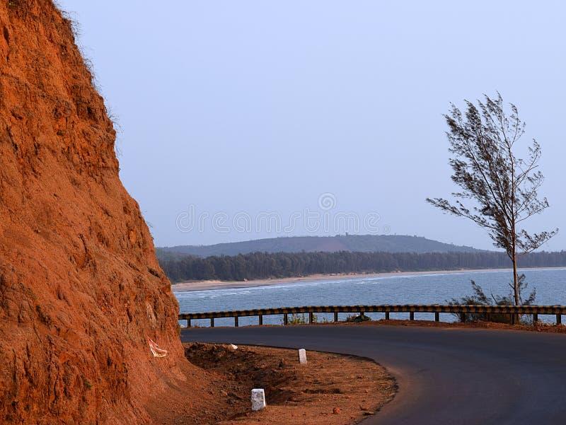 一条海滩路通过山- Aareware海滩点, Ganpatipule,马哈拉施特拉,印度 免版税库存照片
