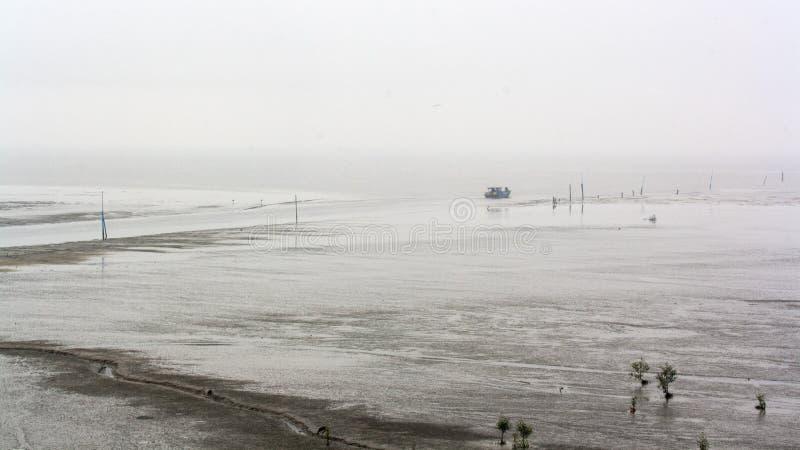 一条渔场小船的看法在岸的 免版税库存图片