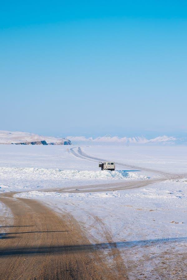 一条漫长的路向一个冻湖 免版税库存照片