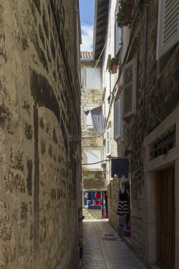 一条狭窄的中世纪街道在特罗吉尔在克罗地亚 免版税库存图片