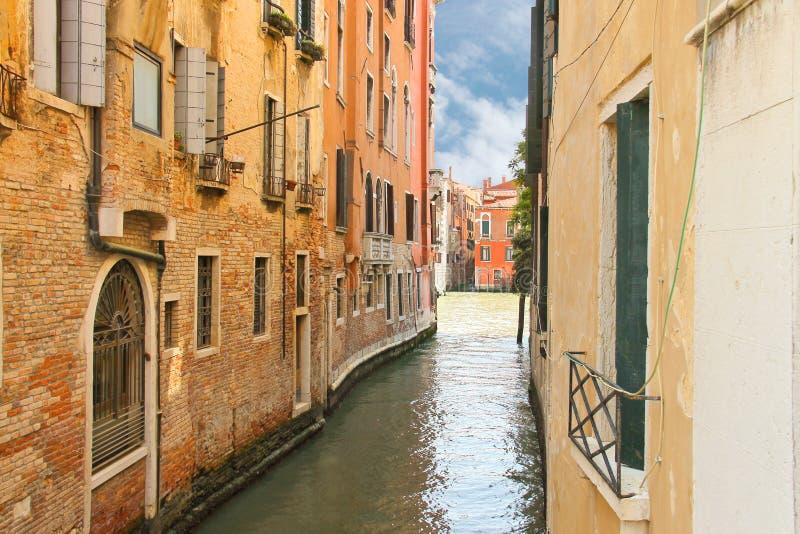 一条狭窄的运河的议院在威尼斯 库存图片
