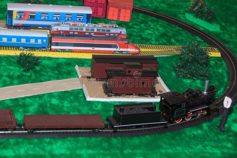 一条玩具铁路的模型与货物火车的 免版税库存照片