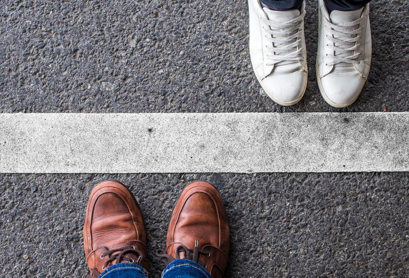 一条空白线路划分的夫妇 库存照片