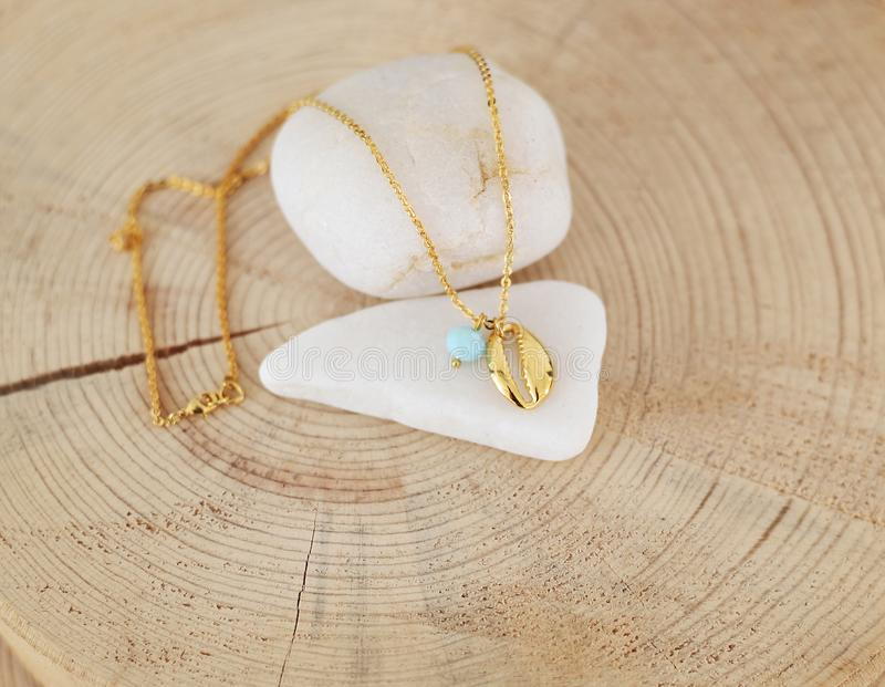 一条精美金链项链的静物画与金壳和绿松石小珠的 免版税库存图片