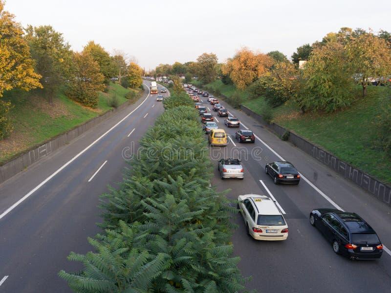 一条繁忙的路的看法用交通不拥挤果酱我 免版税库存图片