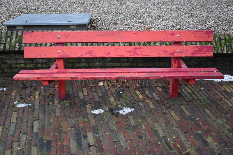 一条红色长凳 免版税库存照片