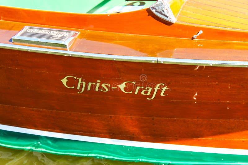 一条经典木克里斯工艺小船的边细节有在木头和水搭接底部绘的商标的可看见在底层 库存照片