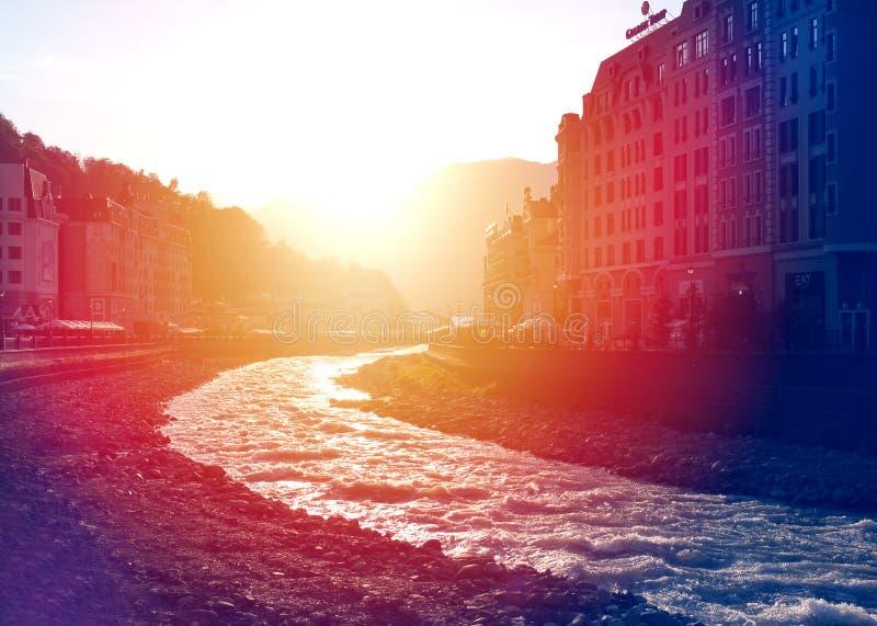 一条美丽的山河和旅馆的照片 免版税库存照片