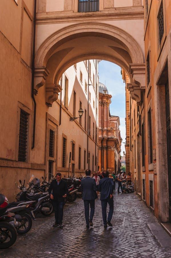 一条街道在有人的罗马 库存图片