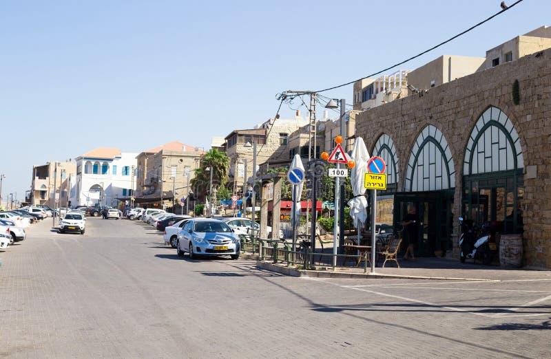 一条街道在Akko英亩,以色列 有汽车的城市街道,居民 库存图片