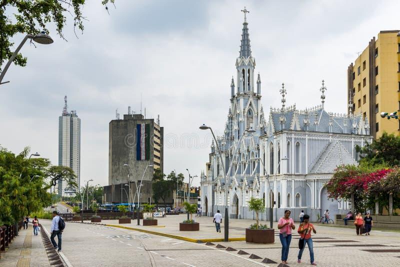 一条街道的人们在La埃尔米塔教会前面在市卡利,哥伦比亚 免版税库存照片