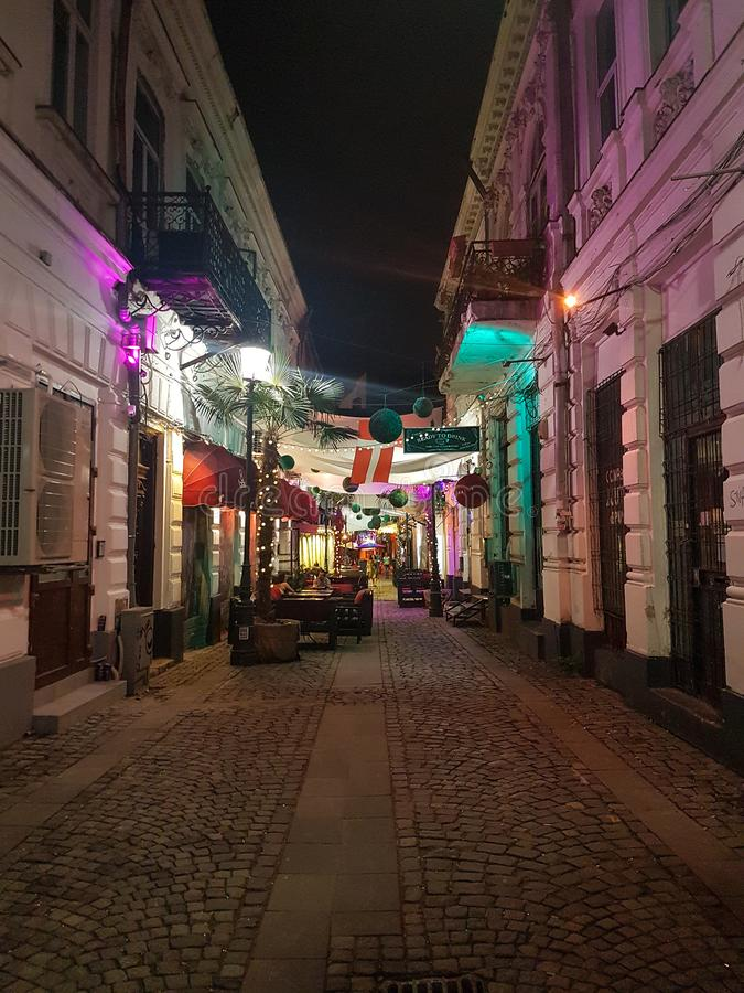 一条街道的夜视图在布加勒斯特 免版税库存图片