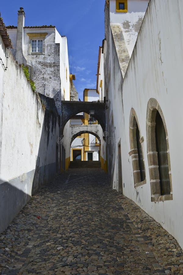 一条街道的看法在埃武拉 库存图片