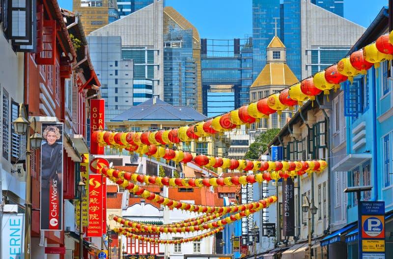 一条街道的看法在有五颜六色的老大厦和红色和黄色灯笼装饰的唐人街区 免版税图库摄影