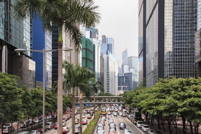 一条街道的细节在有走在街道上的许多人民的中央香港 在背景地方商店和餐馆 免版税库存照片