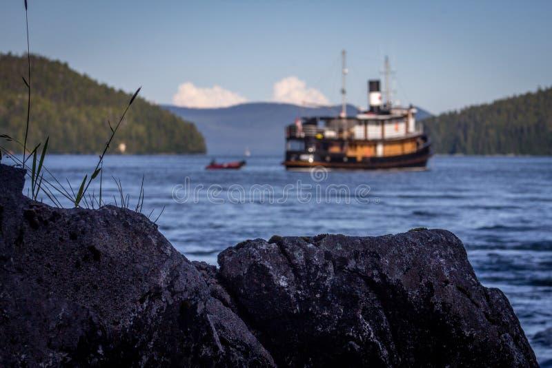 一条被转换的猛拉小船在阿拉斯加 免版税库存照片