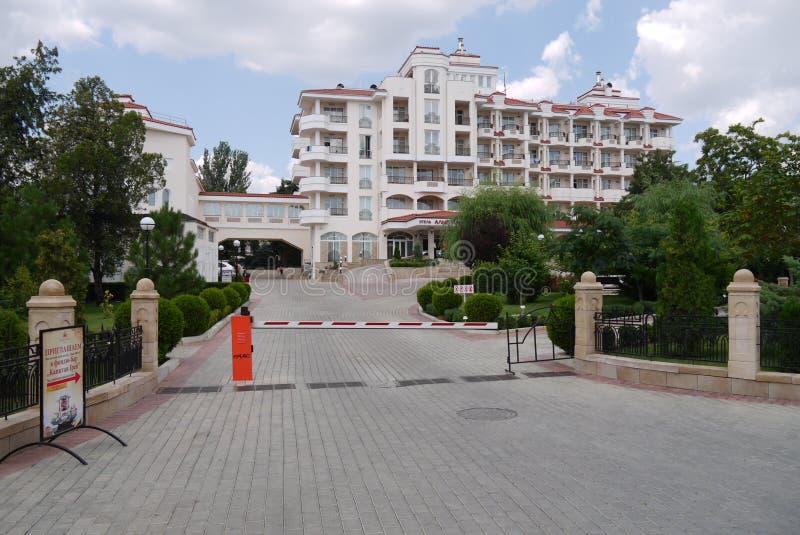 一条被铺的路导致有阻拦门的障碍的一家代表性旅馆 图库摄影
