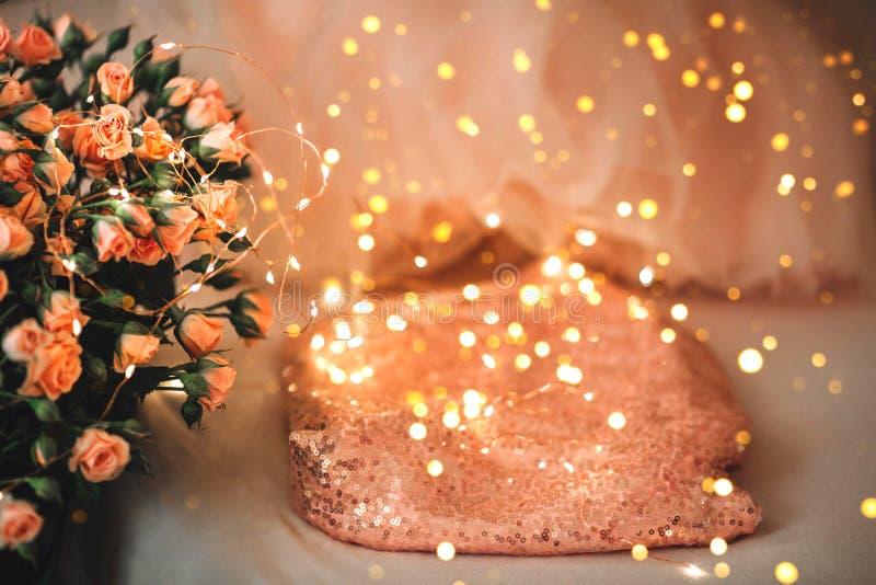 一条裙子或一件礼服从薄纱和珊瑚颜色玫瑰花束  库存照片
