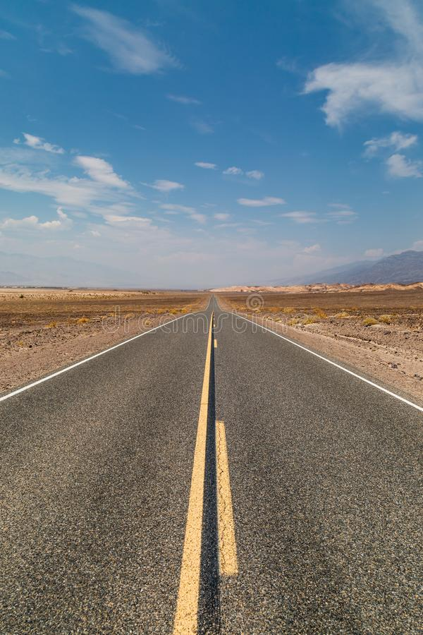 一条路在死亡谷 库存照片