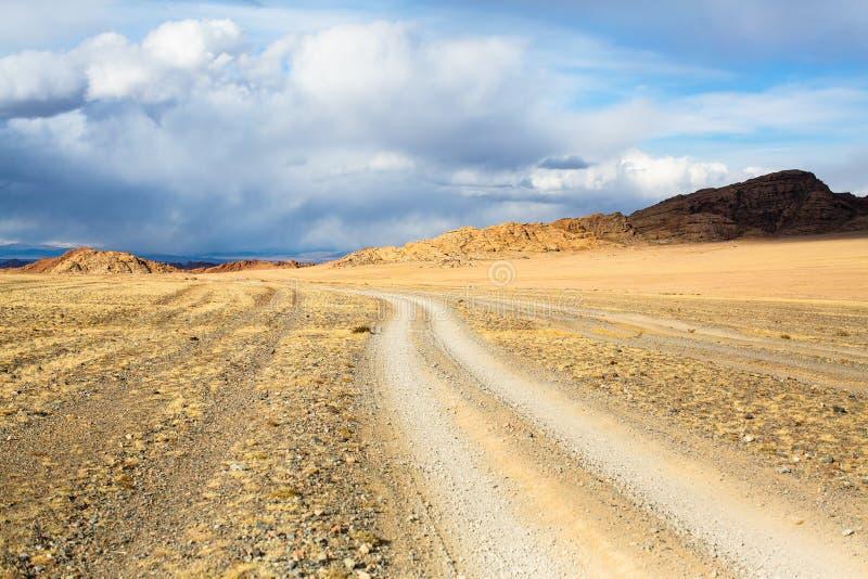 一条路的风景通过干草原和山在瓦剌 旅行 免版税图库摄影