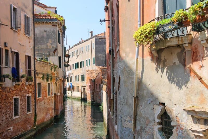 一条运河的议院在威尼斯 库存照片
