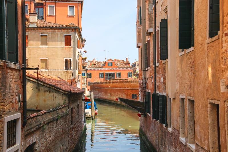 一条运河的议院在威尼斯 免版税库存照片