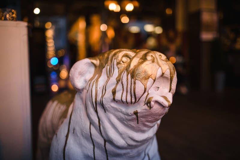 一条逗人喜爱的陶瓷狗的头 图狗头,物质膏药,浸入在金子 库存图片