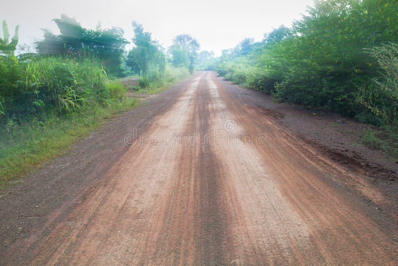 一条长,平直的土路消失入遥远的天际 L 图库摄影