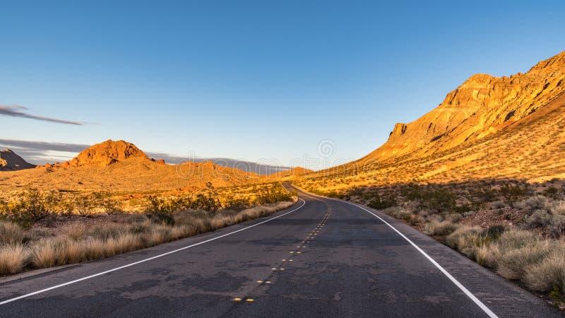 一条高速公路在沙漠米德湖全国度假区内华达 免版税库存照片