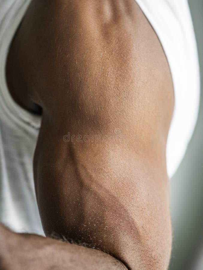 一条黑人` s肌肉胳膊的特写镜头 免版税库存照片