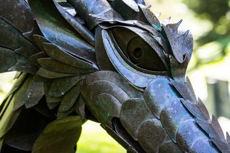 一条龙的雕塑在Mendocino庭院里 库存照片
